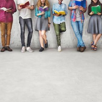 Elèves jeunes adultes lecture education concept de connaissances