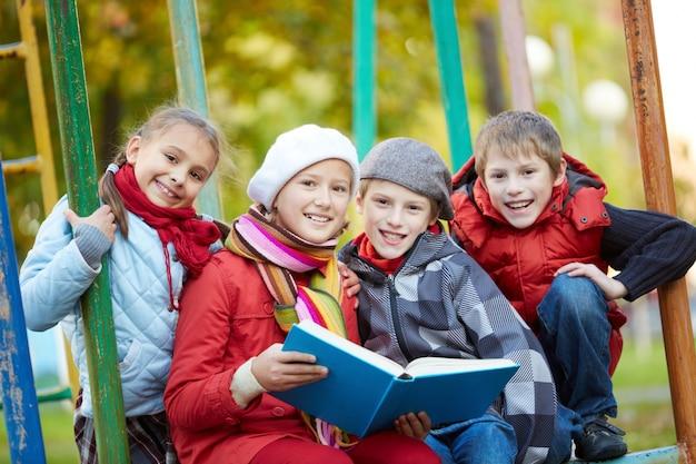 Les élèves de lecture en plein air