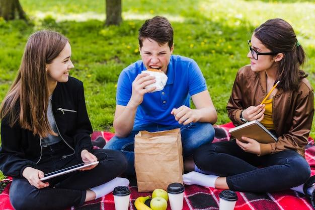 Les élèves mangent et étudient
