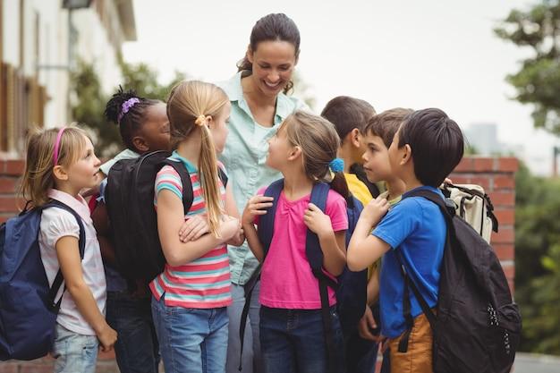 Élèves mignons avec leur professeur