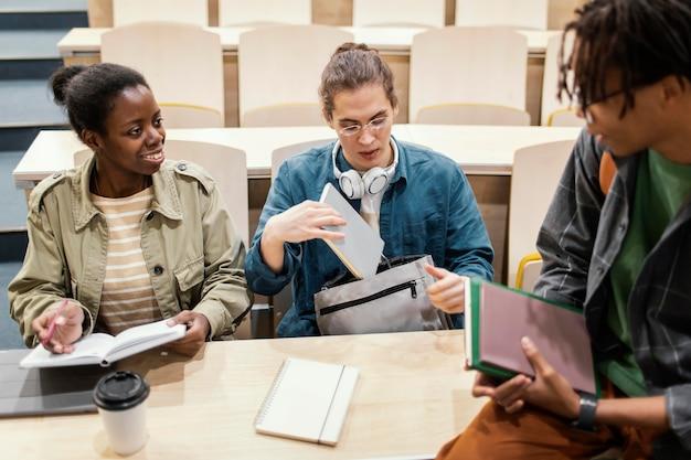 Les élèves parlent avant la classe