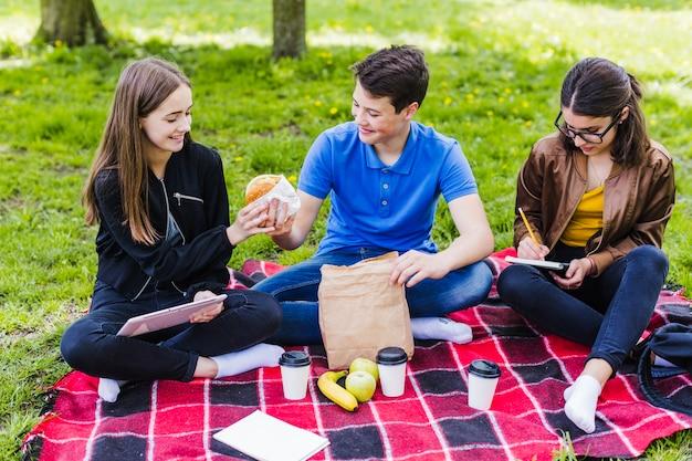 Les élèves qui partagent un hamburger