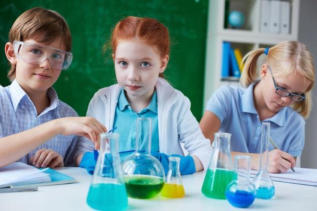 Les élèves des recherches dans le laboratoire