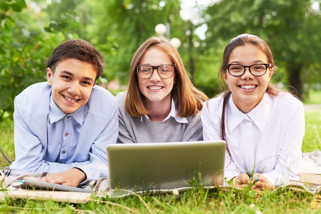 Les élèves s'amusent dans le parc