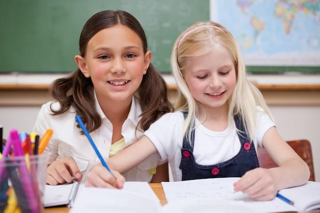 Les élèves travaillent ensemble pour une mission