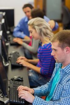 Élèves utilisant des ordinateurs dans la salle informatique