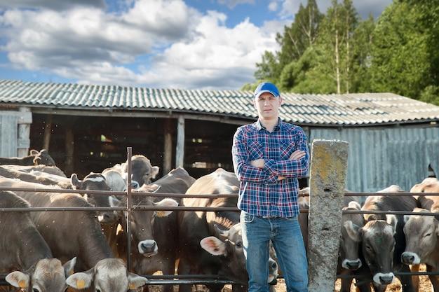Éleveur de vache mâle à la ferme par une journée ensoleillée
