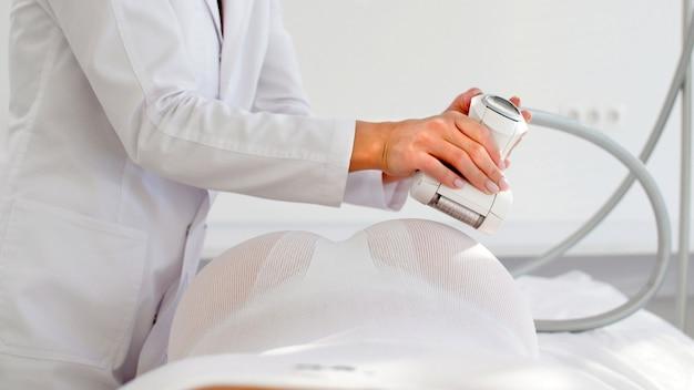 Élimination de la graisse sous-cutanée à l'aide d'un massage lpg matériel, sur les zones à problèmes du corps
