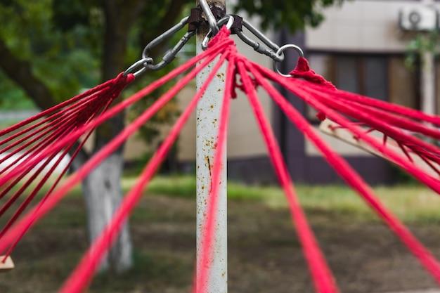 Les élingues rouges tiennent un hamac