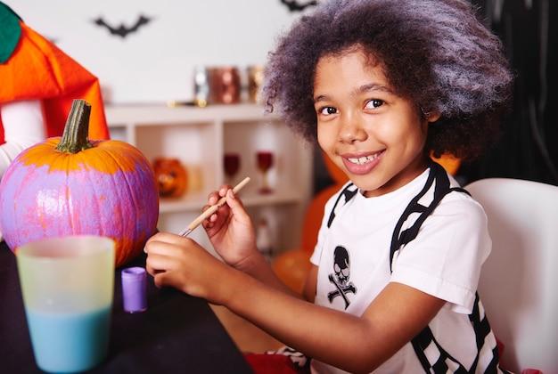 Elle adore peindre des citrouilles pour halloween