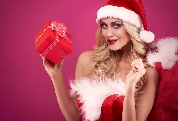 Elle a un cadeau pour quelqu'un