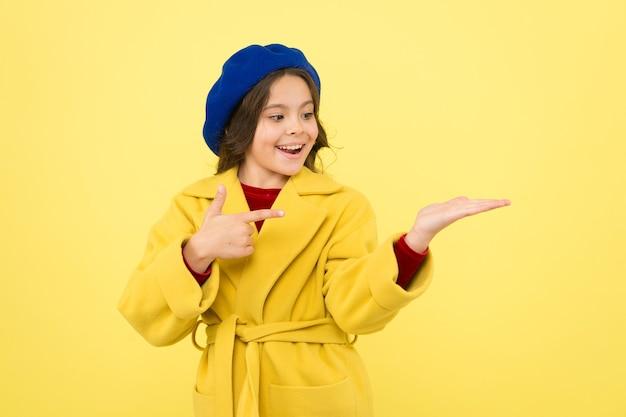 Elle a un super style. enfance et bonheur. béret à la française. fille parisienne. petit enfant à paris. petite fille en robe rouge. mode et beauté pour enfants. bonne fête des enfants.