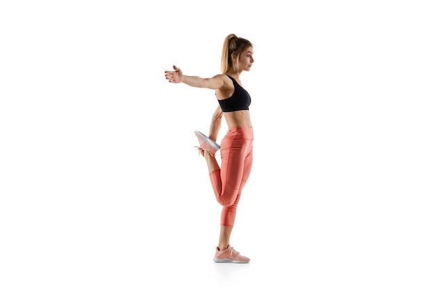Élongation. jeune modèle féminin caucasien en action, motion on white