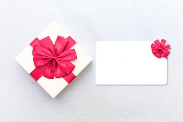 Emballage boîte de colis rouge avec étiquette.