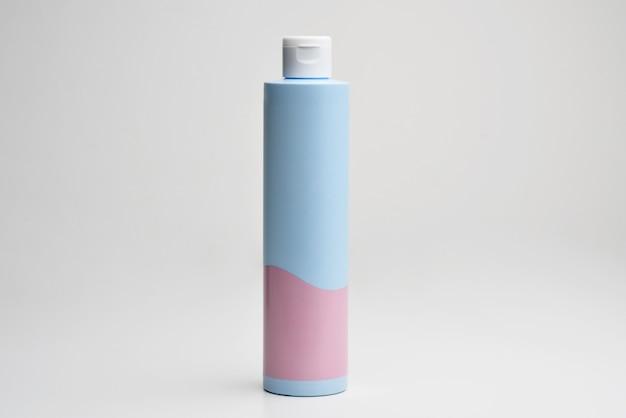 Emballage de bouteille vierge de soin de la peau de sérum de crème cosmétique avec des feuilles d'herbes bio produit bio