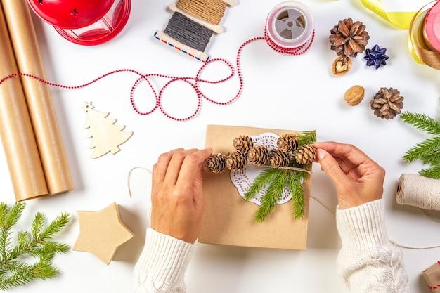 Emballage cadeau. femme mains emballage cadeaux pour noël