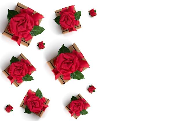 Emballage cadeau festif ruban rouge, boîte, fond blanc