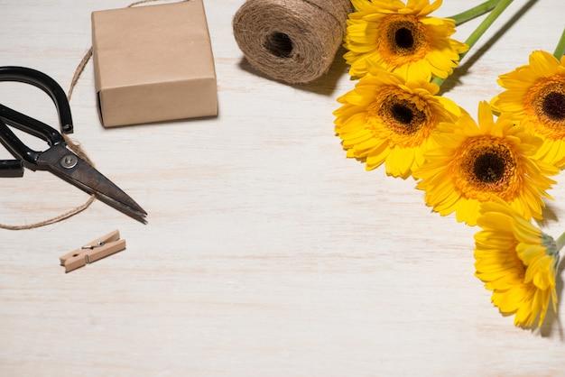 Emballage cadeau de fleurs sur fond en bois. vue de dessus avec espace de copie