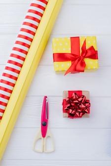 Emballage cadeau de noël coffrets cadeaux faits à la main papier d'emballage et ciseaux concept de bricolage et de créativité