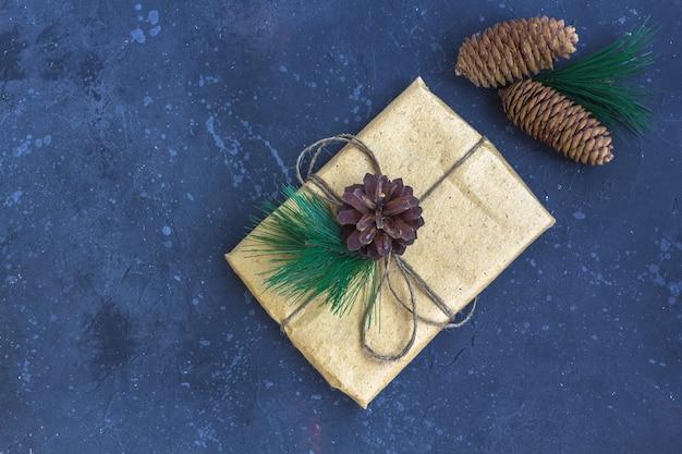 Emballage cadeau en papier kraft avec décoration de noël sur fond sombre