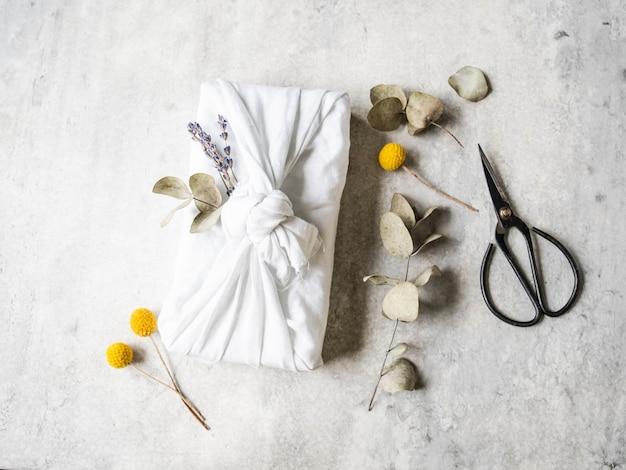 Emballage cadeau réutilisable en tissu écologique avec eucalyptus et lavande. romantique alternative réutilisable d'emballage cadeau durable.