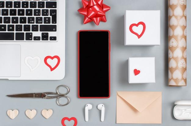 Emballage cadeau saint valentin sur la table grise avec des gadgets