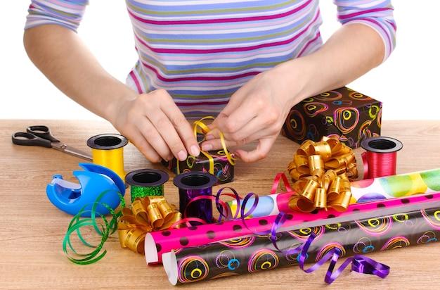 Emballage de cadeaux entouré de papier, ruban et nœuds