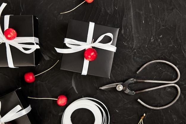 Emballage de cadeaux de noël ou d'anniversaire modernes.