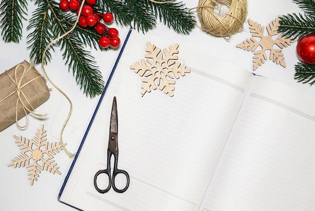 Emballage de cadeaux pour noël ouvrez le cahier vierge pour enregistrer les souhaits et la liste de souhaits pour le réveillon du nouvel an