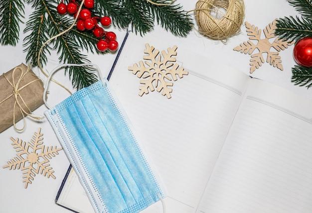 Emballage de cadeaux pour noël pendant l'épidémie de coronavirus cadeau de chaîne de masque protecteur