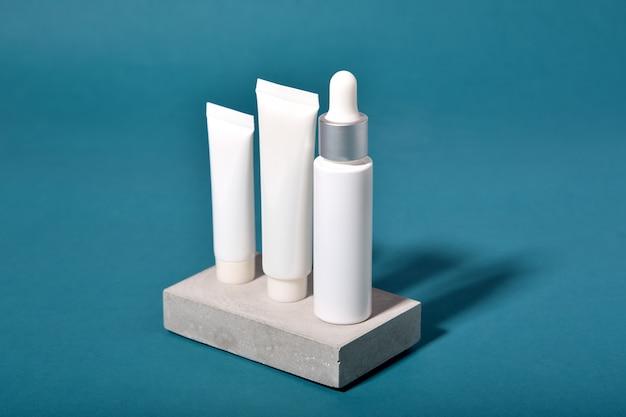 Emballage de contenants de bouteilles cosmétiques avec des feuilles ombre et effet de lumière, étiquette vierge pour la marque biologique, concept de produit de beauté de soins de la peau naturels