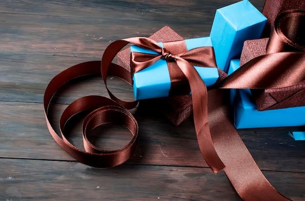 Emballage et décoration de cadeaux de noël faits à la main en bleu et marron