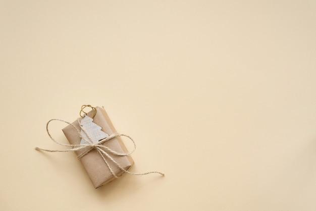 Emballage écologique en papier artisanal de noël et zéro déchet pour les cadeaux de noël sur le fond de la tendance set sail champagne 2021.