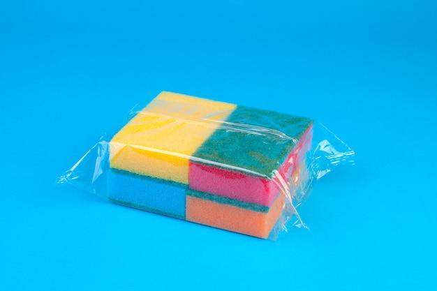 Emballage éponges synthétiques colorées.