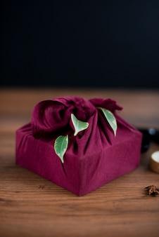 Emballage furoshiki de noël. cadeau de noël ethnique. concept zéro déchet