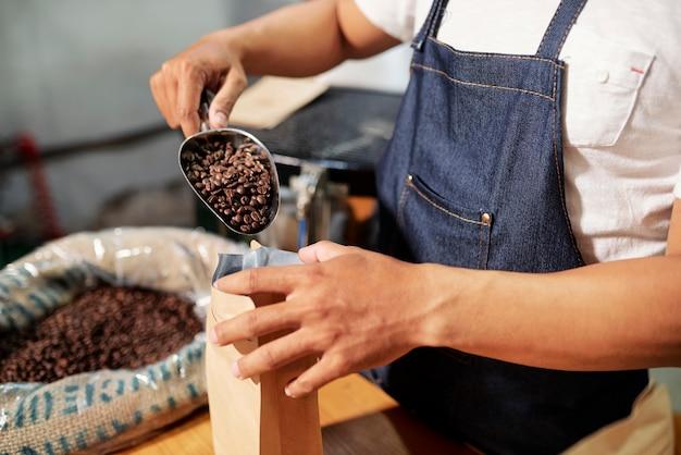 Emballage des grains de café dans un sac