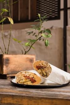 Emballage de légumes fait maison sur une assiette au-dessus de la table