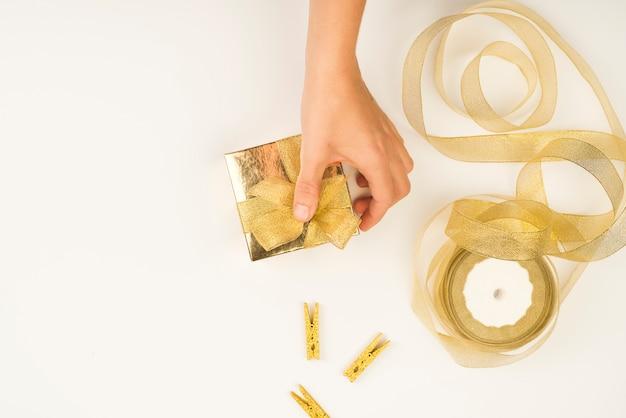 Emballage à la main avec ruban doré