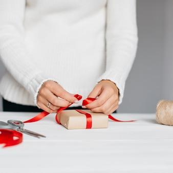 Emballage des mains avec ruban rouge