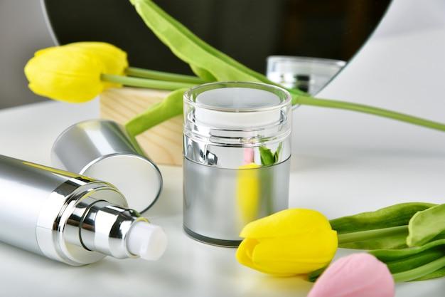 Emballage naturel de contenants de bouteille de soin de peau avec l'essence de fleur de tulipe