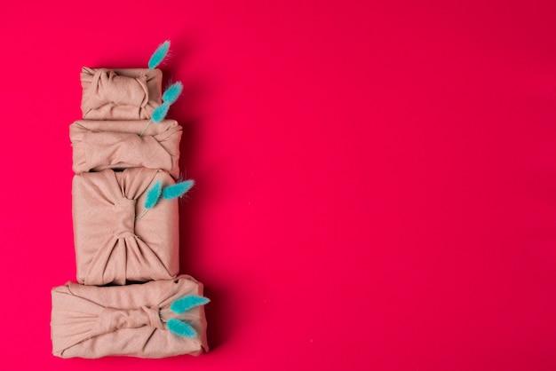 Emballage de noël furoshiki. cadeau de noël ethnique. concept zéro déchet