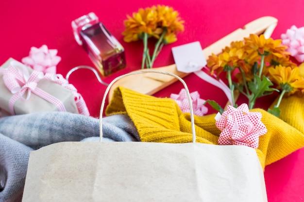 Emballage en papier avec achats pour femmes - vêtements, cadeaux, parfums, fleurs