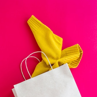Emballage en papier avec achats de vêtements pour femmes