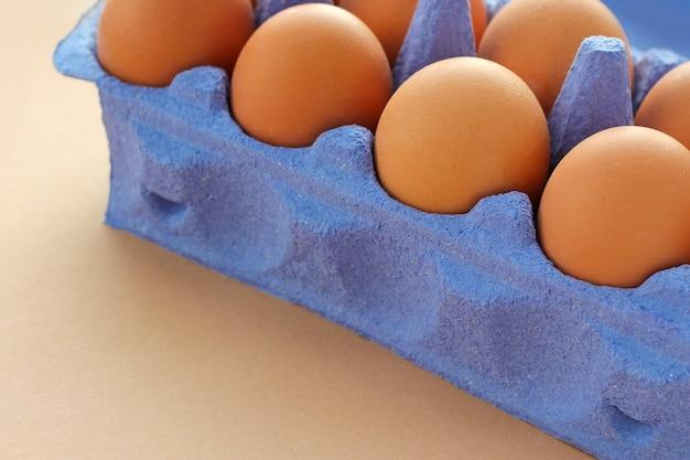 Emballage en papier bleu d'oeufs de poule bruns. agriculture naturelle, produits environnementaux, alimentation saine.