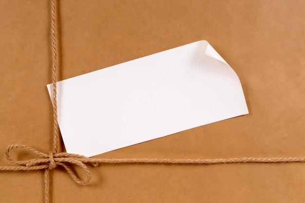 Emballage de papier brun avec étiquette enroulée