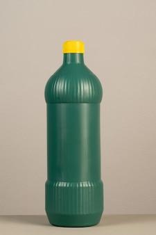Emballage en plastique de produit de nettoyage sur le fond gris neutre