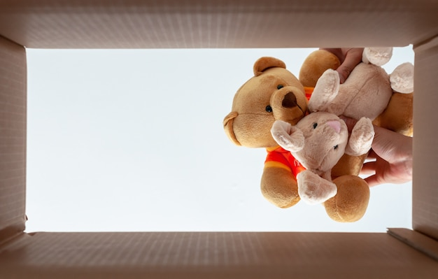 Emballage des poupées dans la boîte pour le déménagement. la photo prend de la vue de dessous.