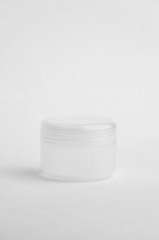 Emballage rond de crème isolé