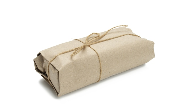 Emballage en rouleau de papier attaché avec une corde brune et isolé sur fond blanc