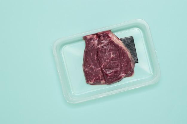 Emballage sous vide avec des racks de boeuf. emballage scellé pour la viande.